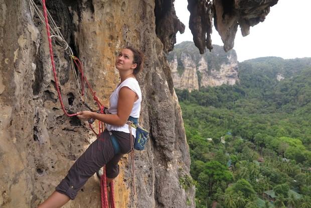 """Janina am vorletzten Stand von """"Big Wave"""" in der Monkey World in Tonsai, der sicherlich schönsten Route, die wir in Thailand geklettert sind."""