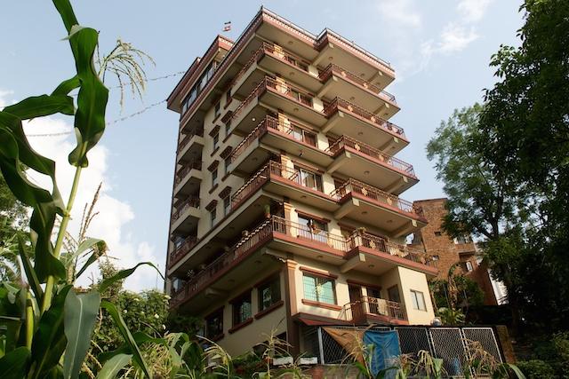 Ich kann man erinnern als wäre es gestern gewesen, als ich den leider viel zu früh verstorbenen Gründer meiner Partneragentur in Nepal, Nima Sherpa, nach der Erdbebensicherheit des neuen Hotels fragte. Und er versicherte mir stolz, dass es sehr sicher sei. Nun hat sich das auch bestätigt.