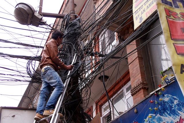 Eines der am meisten fotografierten Motive in Nepal. Hier das richtige Kabel zu finden, ist schlichtweg unmöglich.