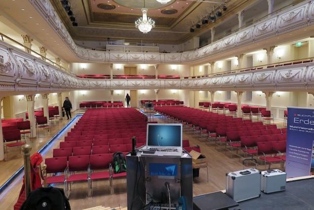 Die Ruhe vor dem Sturm im Kaisersaal in Erfurt. In einem solchen Ambiente präsentiere ich meine Vorträge auch nicht alle Tage. Schon Zar Alexander der Erste und Kaiser Napoleon gaben sich hier die Klinke in die Hand!