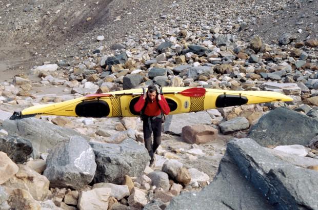 In Spitzbergen sind wir mit unseren Booten nicht nur gepaddelt. Um vom Dicksonfjord in den Austfjord zu gelangen, mussten wir die Boote auf dem Hin- und auch Rückweg 20 Kilometer weit tragen.