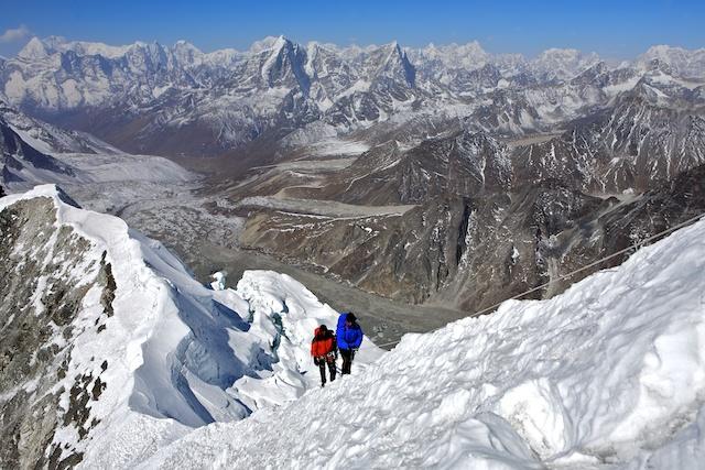 Dieses Foto meines Kalenders Abenteuer Berg 2012 zeigt Jens und Dawa auf dem Gipfelgrat des Berges.