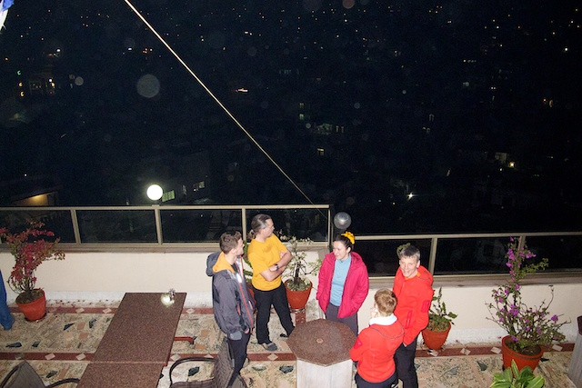 Abendausklang über den Dächern von Kathmandu vom wirklich einmaligen Dachgarten unseres Hotels.
