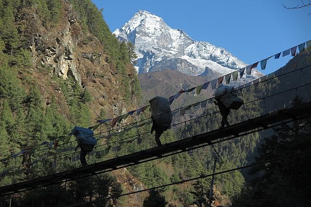 Frisch verschneit! Der heilige Berg der Sherpas, der Khumbila. Er darf bis heute nicht betreten geschweige denn bestiegen werden.