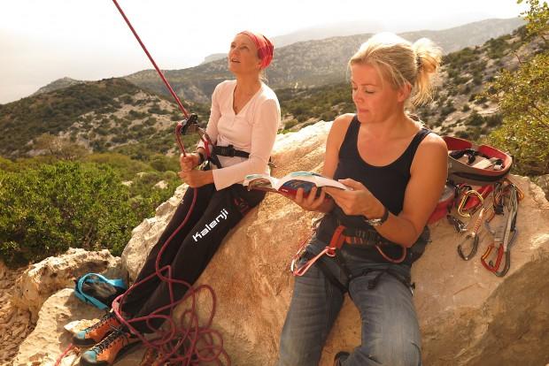 Kletterführerstudium am Fels unter der Sonne Sardiniens.