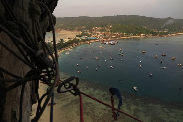 Einer dieser Traumstrände auf der vor allem bei jungen, partyaffinen Teenagern sehr beliebten Insel Koh Phi Phi. Das Foto stammt von hoch oben aus dem Tonsai-Tower. Er hat nichts mit dem gleichnamigen Strand bei Krabi zu tun.