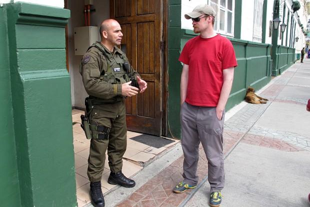 Jener, der entschieden hat, dass wir unsere Besteigung machen dürfen, war dieser schwerbewaffnete Elitepolizist. Alles ein wenig martialisch hier.