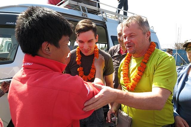 Mein treuer Guide Kumar war auch da und hängte uns die traditionellen Blumenkränze um. Und bei Jens war die Wiedersehensfreude groß.
