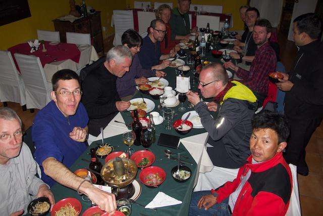 Kumar (rechts unten) mit meinen Gästen 2014 in meinem Lieblingsrestaurant in Thamel. Ich kann mich noch genau an seine Ansprache an meine Gäste erinnern. Er hat sich zu einem echten Profi gemausert.