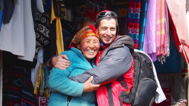 Lakpa vor ihrem Shop in Namche Basar. Alles ist heil geblieben.