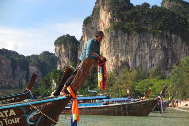 Kaum etwas ist hier einfacher, als sich irgendwo mit einem Boot hinschaffen zu lassen. Die Longtailboote sind in Thailand allgegenwärtig. Auch um nach Tonsai und Railey zu kommen, braucht man sie.