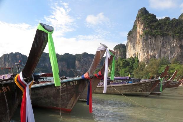 Sozusagen das Wahrzeichen Thailands, die allgegenwärtigen Longtailboote. Sie trugen aber auch zu einer gehörigen Portion Verdruss bei. Die teilweise riesigen völlig offen liegen Motoren verbreiten den gesamten Tag gerade in den Wände am Wasser unerträglichen Lärm.