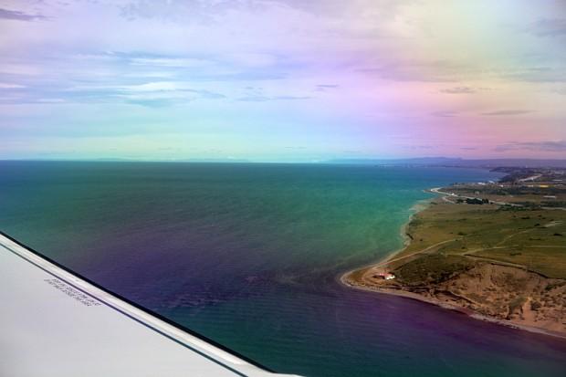 Wir drehten eine große Runde über die Magellanstarße und flogen dann so auf Punta Arenas an, dass wir doch tatsächlich den Monte Sarmiento am Horizont sehen konnten. Etwas rechts der Bildmitte ist er sogar auf diesem Foto durch die Flugzeugscheibe zu erkennen.