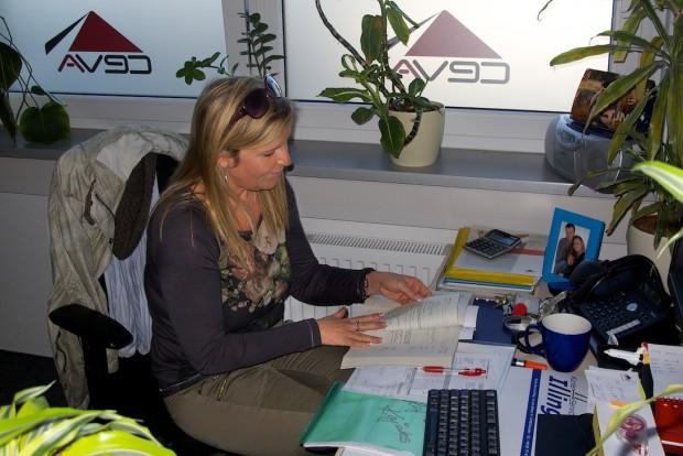 Manuela in ihrem Büro bei CEVA Logistics. Ohne Dich müssten wir  vermutlich schwimmen :-)