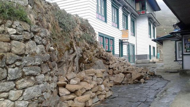 Ein brandaktuelles Bild unserer Lodge in Namche. Alles okay, so wie es aussieht. (Quelle: http://www1.wdr.de/themen/aktuell/nepal-erdbeben-deutsche100.html)