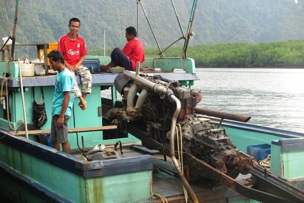 Den regelmäßigen Fährverkehr vom Festland auf die Insel übernehmen scheinbar auch die Fischer, welche sichtbar stolz auf die Monster von LKW- Motoren sind, die sie auf ihre Boote montiert haben. Allerdings machen die einen schier ohrenbetäubenden Lärm. Die Krach dieser Boote sollte einem an Thailands Küste irgendwann nicht mehr stören. Ansonsten könnte er den Aufenthalt hier durch beeinträchtigen.
