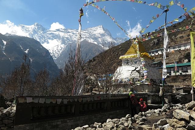 Namche empfing uns so schön wie eh und je. Außer die alte Stupa, die ein paar Risse bekommen hat, gibt es keinerlei Zerstörungen durch das Erdbeben. Darüber bin ich auch sehr froh.