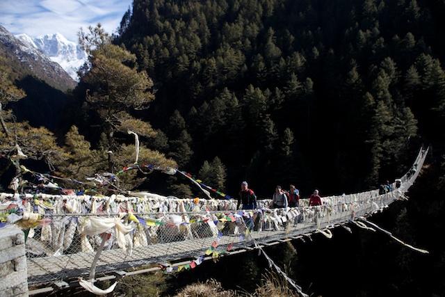 Meine Gäste schätzen, dass die Brücke 150 m lang und fast ebenso hoch über Grund ist. Jedenfalls ist sie auch ein Erlebnis!