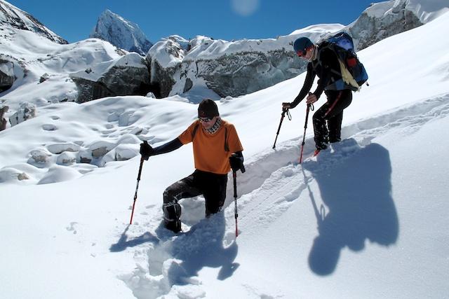 Wir wollten den Ngozumpa-Gletscher überqueren, um von Gokyo über den Cho La nach Gorak Shep zu kommen. Doch für die Träger war das fast unmöglich. Es sei denn, wir würden ihnen den Weg bahnen. Und das haben meine Gäste und ich dann auch getan.