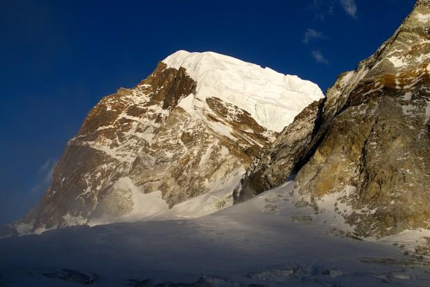 Der 6169 m hohe Nirekha von Westen aus gesehen.