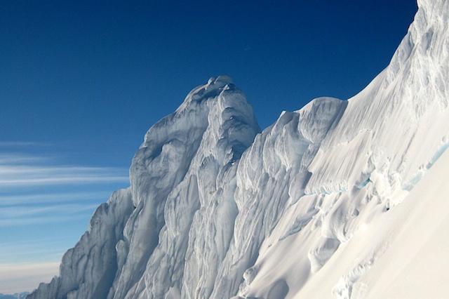 Dieses Foto zeigt einen Einblick in die 400 m hohe Nordwand des2246 m hohen östlichen Hauptgipfels. Diese Wand zu klettern wird das grösste Problem werden, denn vernünftig sichern ist hier fast unmöglich. Foto: Jörn Heller (Vielen Dank dafür!!)