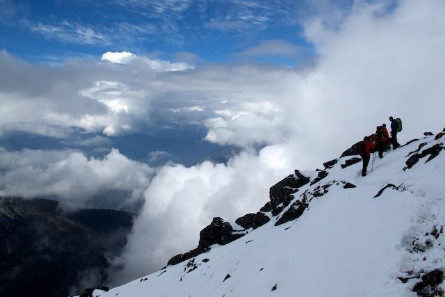 Fast oben! Es fasziniert mich jedes Mal aufs Neue. Auf dem Pass in fast 4700 Metern Höhe tiefster Winter und drei Stunden später in Lukla   über all frisches Grün und fast schon Sommer.