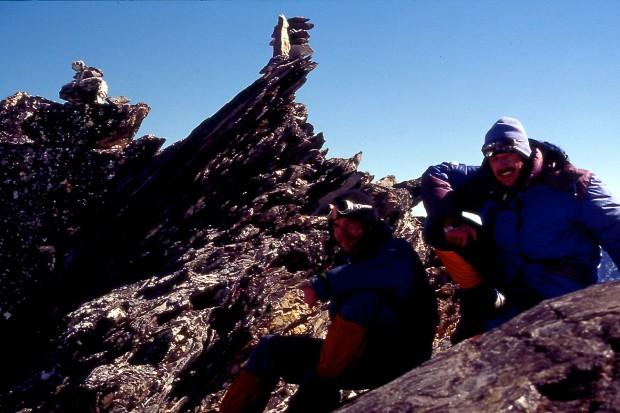 Mein erster Gipfel im nepalesischen Himalya 1994: Der knapp 6000 m hohe Pokalde. Gemeinsam mit Steffen Taube war ich stolz wie ein Spanier gleich bei meiner ersten Aktion dort auf einem der schönsten Aussichtsgipfel des ganzen Khumbu zu stehen. Kurz vor dem Gipfel musste man sogar richtig klettern :-)
