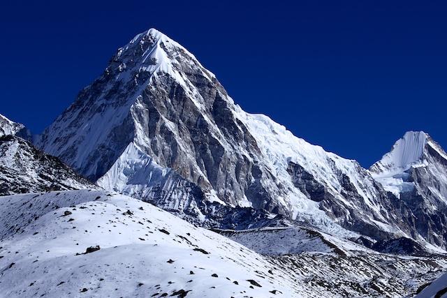 Der 7145 m hohe Pumo Ri ragt unmittelbar über dem Basislager des Everest auf. Die Eislawine soll von dem hier rechts der Bildmitte sichtbaren Eisfall stammen.