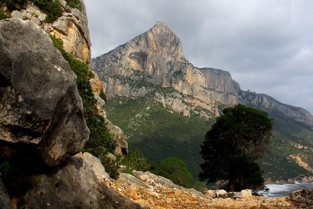 Und es gibt auch schon ein Ziel für die Rückkehr nach Sardinien: Die Punta Giragili. Die wohl höchste und auch eine der unzweifelhaft schönsten Wände Sardiniens. Um die 400 Klettermeter in derzeit 14 Routen. Eine davon ist dem großen Wolfgang Güllich gewidmet. Die wird nun anvisiert. Aber für sie muss ich noch ein bisschen trainieren...