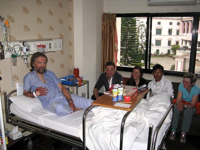 Fast die ganze Gruppe hat ihn gestern im Krankenhaus besucht und festgestellt, dass wir beruhigt sein können. Er ist bestens untergebracht wird nach allen Regeln der ärztlichen Kunst betreut. So jedenfalls sein eigene Einschätzung.