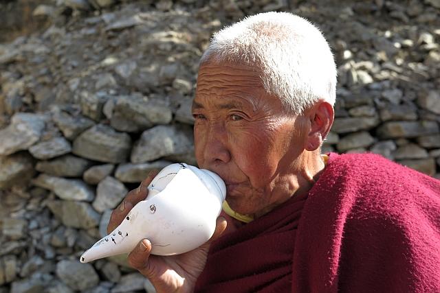 Die derzeitige Vorsteherin des Klosters ruft die Nonnen für unsere Puja zusammen. Dazu wird wie seit Jahrhunderten