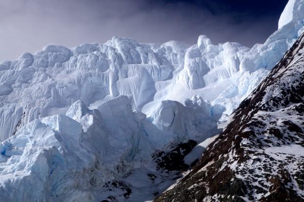 Die von gewaltigen Raueismassen gepanzerte Südwestwand des Monte Sarmiento