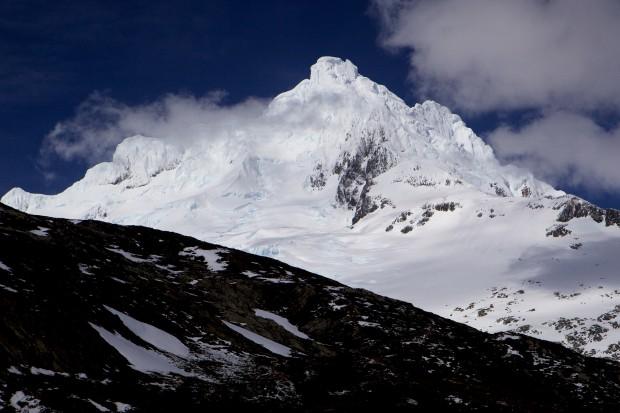 Vom Sarmiento wird auch immer mal wieder gesagt, dass er der schönste Berg der Welt sei. Wie gut, dass es so viele von dieser Sorte gibt!! Vorn in Bildmitte der 2145 m hohe Westgipfel. Im Hintergrund rechts die Südwestwand, die zum 2246 m hohen Hauptgipfel führt.