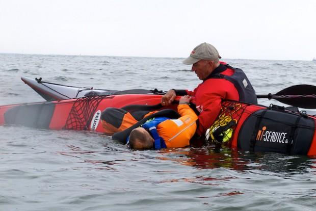 Eine sehr effiziente Methode ist den gekenterten ins Boot zurück zu schöpfen. Verhält sich der zu Rettende richtig, geht dass sogar recht einfach.
