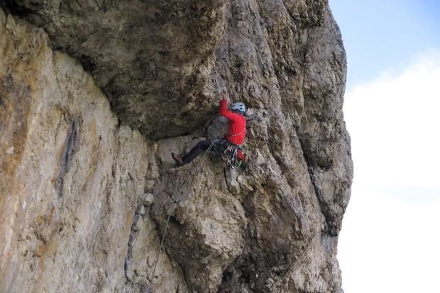"""Superklassiker zu klettern in den Dolomiten, ist nach wie vor etwas besonderes: Wegfindung, Absicherung, Abseilen. Eine echte Bergfahrt. Abenteuer pur! Im Bild die Schlüsselstelle der """"Vinatzer-Führe"""" am Dritten Sellaturm."""