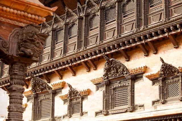 Bei uns wären diese Kunstwerke in klimatisierten Museen. Hier in Nepal sind sie ideale Nistplätze für Tauben.