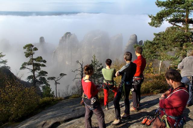 Seit zwanzig Jahren gehe ich in die Sächsische Schweiz zum Klettern. Aber dieser vergangene Sonntagmorgen sucht seinesgleichen. Der Nebelvorhang öffnete sich und die Schrammsteine präsentierten sich im schönsten Morgenlicht.