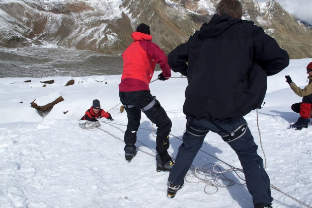 Die Spaltenbergung zu beherrschen, ist sicher für jeden wichtig, der öfter einmal in den Bergen unterwegs ist. Eine Gletscherüberquerung muss einen dann nicht mehr abschrecken.
