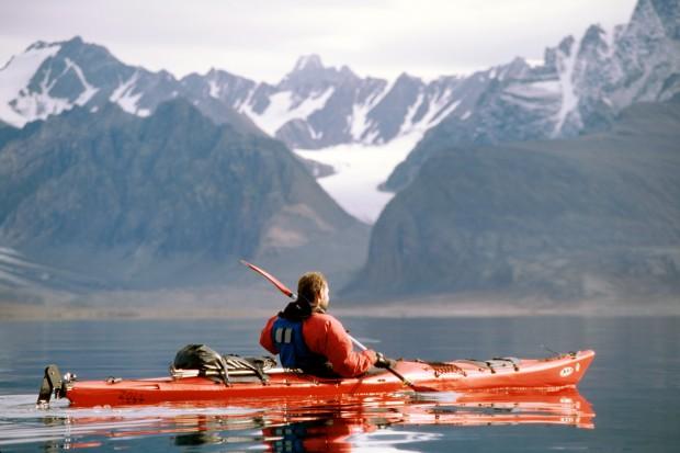 Mario Zoll mit seinem Prijon Kodiak auf dem Widjefjorden auf Spitzbergen. Die Überlebensanzüge sind Trockenanzüge die einen vor ein großes Problem stellen: Es ist sehr schwer, dort allein wieder raus zu kommen, wenn man sich einmal reingezwängt hat. Sehr unangenehm, wenn man mal ein dringendes Bedürfnis hat.