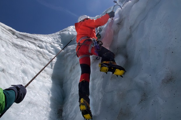 Das macht meinen Gästen regelmäßig am meisten Spaß: das gut gesicherte Klettern mit zwei Eisgeräten im senkrechten Eis. das allerdings brauchen wir am Nirekha Peak definitiv nicht!