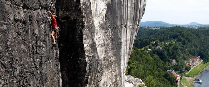 Die Südwand an der Steinschleuder. Klettern mit sehr viel Luft unter dem Hintern ist auch im Elbsandstein sehr gut möglich.
