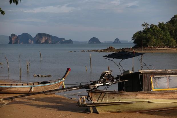 Der Blick von unserem kleinen Bungalow hinüber zum Festland. Zwischendrin die vielen kleinen Felseninseln, die mein Bild von Thailand so sehr geprägt haben und nun noch mehr prägen.