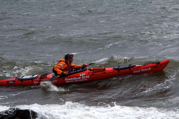 Wenn man bei solchen Verhältnissen mit beiden Händen pumpen muss, und wenn die Welle kommt, erst noch sein Paddel suchen muss, dann ist man umsonst nach einer Kenterung wieder ins Boot zurück gekrochen.