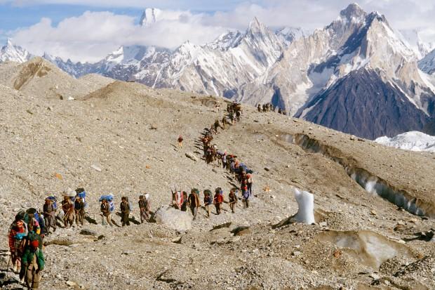 Bei dem Versuch einer Doppelbesteigung der beiden 8000er Hidden Peak und Gasherbrum 2 waren am Start des Anmarsches zum Berg mehr als 200 Mann. Jeden Tag wurde vier bis fünf Trägerlasten aufgefuttert!