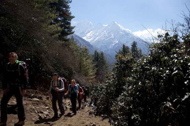 Auf dem Weg zwischen Monjo und Namche. Im Hintergrund der 6367 m hohe Kusum Kanguru