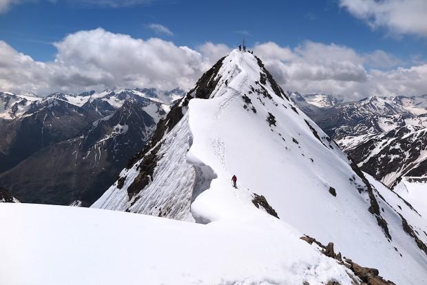 Traumtag an der Wildspitze erwischt. Hier überquert Simona gerade den Verbindungsgrat vom Haupt- zum Nordgipfel.