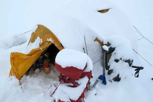Unser Zelt im Camp 1 heute morgen. Dauerschneefall und Sicht gegen Null.