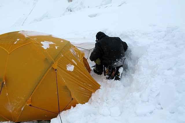 Umfangreiche Ausgrabungs- und Sicherungarbeiten waren an unserem tapferen Zelt nötig, ehe wir da endlich rein konnten.