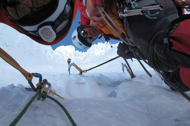 Das war das gute am Alpamayo. Wir konnten uns an verlässlichen Eissanduhren sichern und auch mal eine Eisschraube als Zwischensicherung eindrehen. Von der Absicherung her also eine feine Sache.