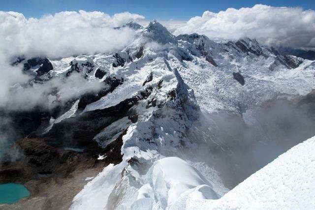 Hier also das offizielle Gipfelfoto auf dem wir den dreigipfligen Pucajirca (6046 m) schauen sowie den Westgrat des Alpamayo hinab blicken.
